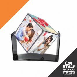 Foto Cubo com base Acrilico 6cm de cada lado   Brilho Acompanha: Suporte preto